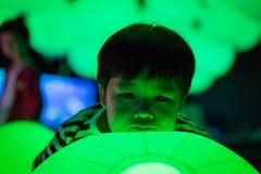 Een jongen speelt kleurrijke lichte ballen Royalty-vrije Stock Fotografie