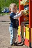 Een jongen speelt op de Speelplaats Royalty-vrije Stock Fotografie