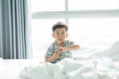 Een jongen speelt stuk speelgoed op slecht royalty-vrije stock afbeelding