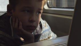 Een jongen in een trein stock videobeelden