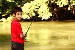 Een jongen visserij Royalty-vrije Stock Afbeeldingen
