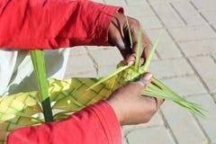 Een jongens breiende bladeren met zijn handen stock fotografie