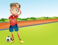Een jongens speelvoetbal Stock Foto