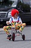 Een jongenskleding omhoog als clown stock fotografie