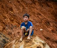 Een jongenszitting op rots in Sa-Pa, Vietnam stock foto