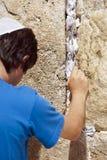 Het plaatsen van een Nota in de Loeiende Muur Royalty-vrije Stock Afbeelding