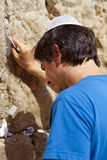 Het plaatsen van een Nota in de Loeiende Muur Stock Foto's