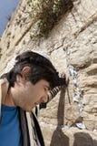 Joodse Mens die bij de Westelijke Muur bidden Stock Fotografie