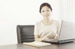 Een juffrouwpersoneel in bureau Stock Afbeeldingen
