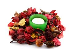 Een kaars in kleurrijke droge bladeren en bloemen Royalty-vrije Stock Foto's