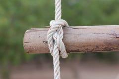 Een kabel is gebonden in een knoop rond een omheiningspost, kabel gebonden knoop wo Royalty-vrije Stock Fotografie