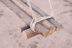 Een kabel is gebonden in een knoop rond een omheiningspost, kabel gebonden knoop wo Royalty-vrije Stock Foto's