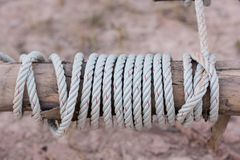 Een kabel is gebonden in een knoop rond een omheiningspost, kabel gebonden knoop wo Royalty-vrije Stock Afbeelding