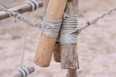 Een kabel is gebonden in een knoop rond een omheiningspost, kabel gebonden knoop wo Royalty-vrije Stock Afbeeldingen