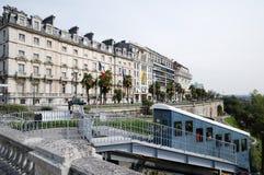 Een kabelbaan tegen boulevard van de Pyreneeën in Pau Royalty-vrije Stock Foto