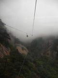 Een kabelwagen in motie in de mist Stock Afbeelding