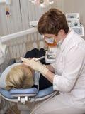 In een kabinet van stomatologist. Royalty-vrije Stock Foto's
