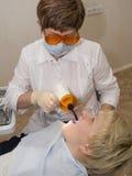 In een kabinet van stomatologist. Stock Fotografie