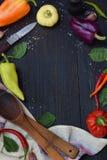 Een kader voor recept van verschillende verscheidenheden van zoete en hete peper op een houten achtergrond Voedselgrens De ruimte Stock Foto