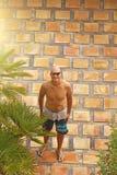 Een kale mens met een naakt torso, in borrels, tegen een achtergrond o stock foto