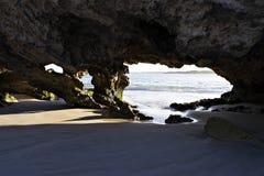 Een kalksteeneigenschap op het strand stock foto's