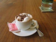 Een kalmerende cappuccino - een andere verrukking voor uw publiek! Stock Foto