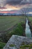 Een kanaal in bevagna, Italië Stock Foto