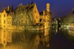 Een kanaal in Brugge met de beroemde Klokketoren in België Royalty-vrije Stock Afbeeldingen
