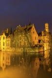 Een kanaal in Brugge met de beroemde Klokketoren in België Royalty-vrije Stock Afbeelding