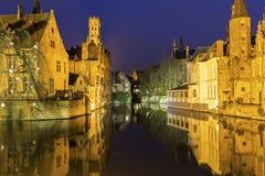 Een kanaal in Brugge met de beroemde Klokketoren in België Royalty-vrije Stock Fotografie