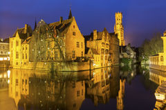 Een kanaal in Brugge met de beroemde Klokketoren in België Stock Fotografie