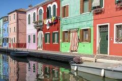 Een kanaal in Burano Stock Afbeeldingen