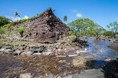 Een kanaal en stadsmuren in Nan Madol - voorhistorische geruïneerde steen stock foto