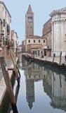 Een kanaal van Venetië - Italië Stock Afbeeldingen