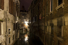Een Kanaal in Venetië bij Nacht royalty-vrije stock foto