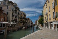 Een kanaal in Venetië, Italië met gondels stock foto's