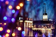 Een kanonbinnenplaats onder het Nieuwjaar ` s regeert op het grondgebied van Kazan het Kremlin bij nacht stock foto