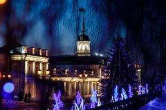 Een kanonbinnenplaats onder het Nieuwjaar ` s regeert op het grondgebied van Kazan het Kremlin bij nacht royalty-vrije stock fotografie