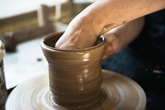 Een een kantmaker en ceramicist cre?ren kunstwerk stock afbeelding
