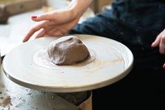 Een een kantmaker en ceramicist cre?ren kunstwerk stock foto