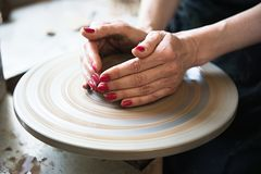 Een een kantmaker en ceramicist cre?ren kunstwerk royalty-vrije stock foto's
