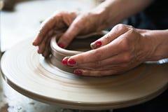 Een een kantmaker en ceramicist cre?ren kunstwerk royalty-vrije stock afbeeldingen