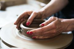 Een een kantmaker en ceramicist cre?ren kunstwerk stock fotografie