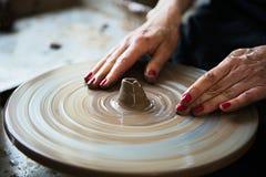 Een een kantmaker en ceramicist cre?ren kunstwerk royalty-vrije stock foto