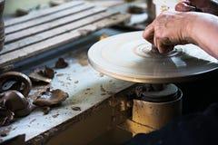 Een een kantmaker en ceramicist cre?ren kunstwerk stock afbeeldingen