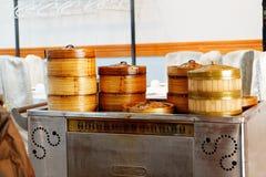 Een karretje van voedsel in een dim sumrestaurant stock afbeeldingen
