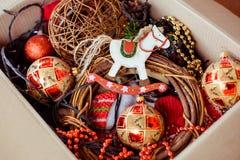 Een kartondoos met Kerstmisspeelgoed voor voor het verfraaien van Kerstboom Concept Kerstmis en Nieuwjaarvoorbereiding stock fotografie
