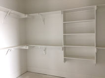 Een kast voor kleding in nieuw huis stock afbeelding