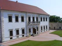 Een kasteel met een rood dak royalty-vrije stock afbeeldingen