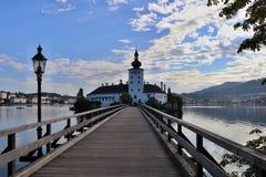 Een kasteel in Oostenrijk door een meer wordt omringd dat royalty-vrije stock fotografie